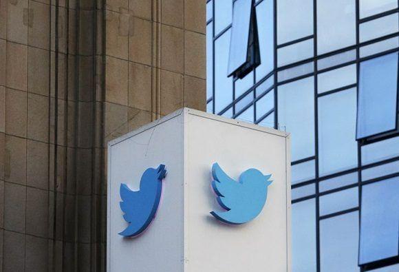 El logotipo de Twitter afuera de la sede de la compañía en San Francisco. Foto: AP.