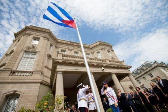 Izado de la bandera cubana en la apertura de la Embajada en Washington. Foto: Andrew Harnik/ AP.