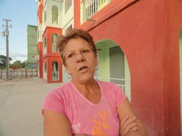 Reina María Mergoyo Pérez, lleva dos meses en Junco Sur, atrás dejó los 47 años de vivir en una ciudadela sin las condiciones mínimas de habitabilidad, agradece a las autoridades por el apartamento. Foto: Magalys Chaviano Álvarez.