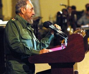 Fidel durante su intervención en el Aula Magna de la Universidad de La Habana el 17 de noviembre de 2005. (Foto: Ángel González Baldrich)