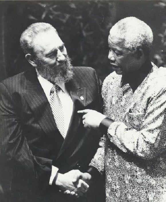 Fidel Castro y Nelson Mandela durante la Cumbre del Movimiento de los Alineados, en Durban, en septiembre de 1998. Foto: Juvenal Balán/ Sitio Fidel Soldado de las Ideas.