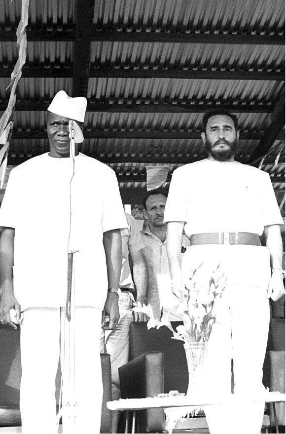 """Fidel Castro durante su visita a Guinea, acompañado de Ahmed Sekou Touré, presidente de ese país, el 3 de mayo de 1972. Foto: Libro """"Fidel por el mundo""""/ Sitio Fidel Soldado de las Ideas."""