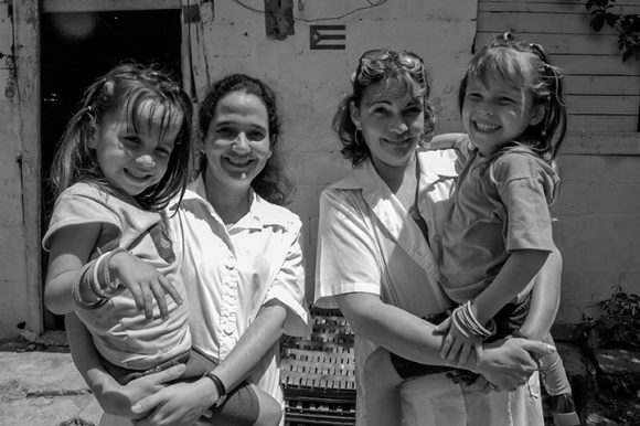 https://i0.wp.com/media.cubadebate.cu/wp-content/uploads/2020/04/Doctoras-cubanas-con-pacientes-venezolanos-Veneuzela-2005.-Foto-Roberto-Chile-580x386.jpg