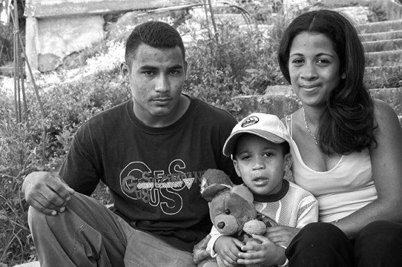 https://i0.wp.com/media.cubadebate.cu/wp-content/uploads/2020/04/Momentos-del-milagro.-La-familia-con-su-ni%C3%B1o-recuperado-de-cataratas.-Foto-Roberto-Chile-580x386.jpg