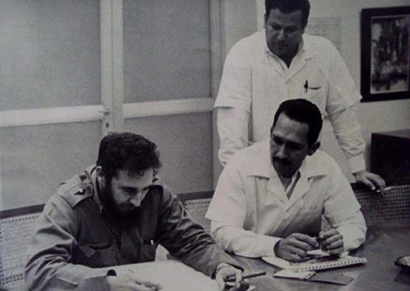 El Comandante en Jefe, Fidel Castro, en una de sus habituales visitas al CNIC. A su lado, el doctor Wilfredo Torres Yríbar, quien dirigió la institución durante diez años. Foto: Granma