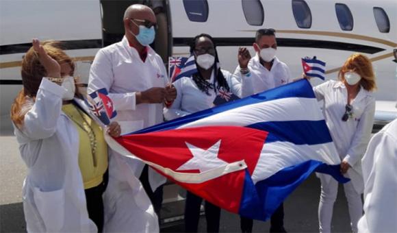Doctor Andrés José Quesada Vazquez junto a los demás integrantes de la misión médica en Anquila. Foto: Ismael Francisco/ Cubadebate.