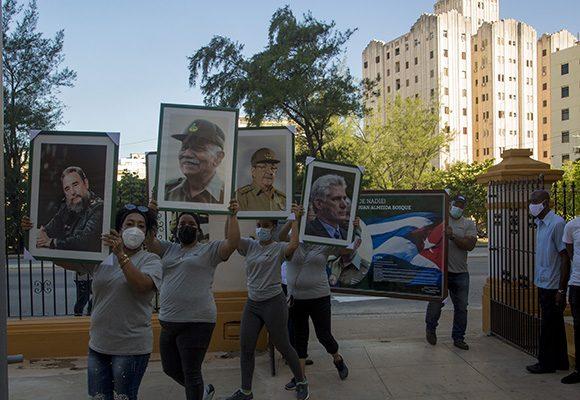 Trabajadores de la Empresa Cubiza asaltaron la sede nacional de los CDR para reconocer la labor de la organización en su aniversario 61. Foto: Ismael Francisco/ Cubadebate.