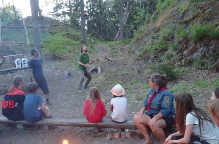 Jonglering med tegelsten på lägerbålet!