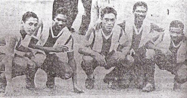 Emilio Salinas aparece en el medio junto a Vargas, Roberto Castillo, Félix Castillo y Pedraza, la poderosa delantera en el día que humilló a la 'U' por 9-1 (Foto: diario La Crónica)