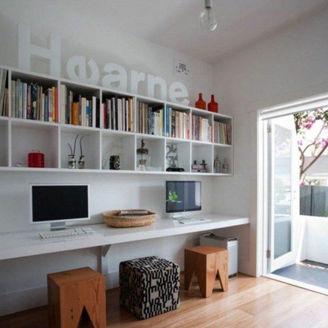 Çalışma odası iç tasarımı, masa üzerine monte edilmiş beyaz kitaplık