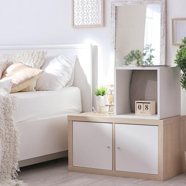 Beyaz yan dolaplı küçük yatak odası tasarımı için alan maksimizasyonu, yatak odasının dağınıklığını ortadan kaldırır
