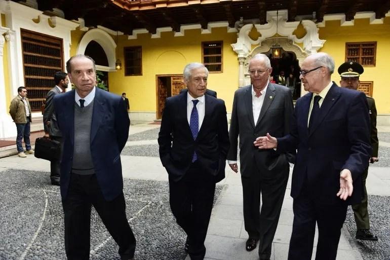 El presidente peruano Pedro Pablo Kuczynski (al centro) con los cancilleres de Brasil