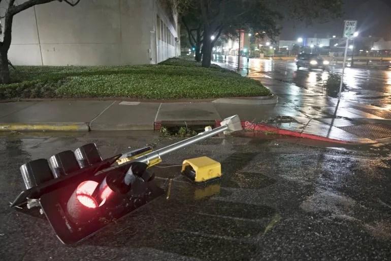 Un semáforo caído en la ciudad de Corpus Christi en Texas. <div> </div>