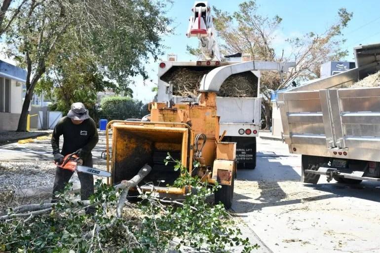 Cuadrillas de trabajadores limpian la vegetación caída por los vientos del huracán Irma.