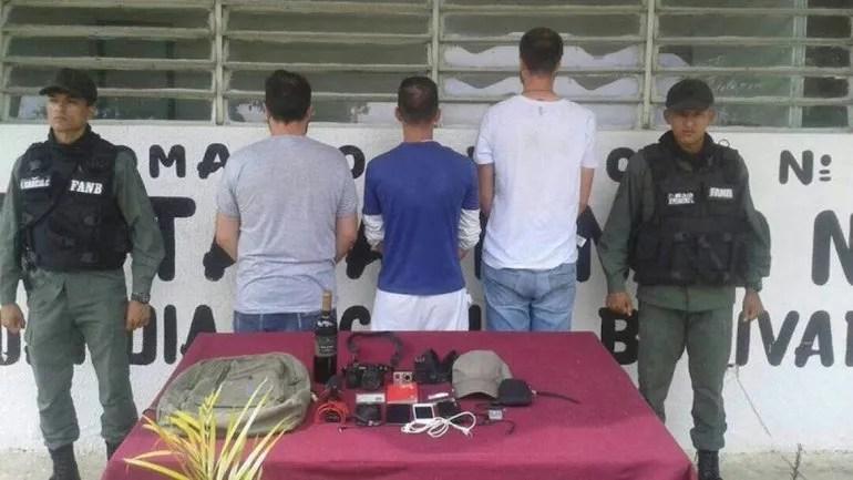 Los periodistas presuntamente se encontraban realizando una investigación periodística cuando fueron detenidos.
