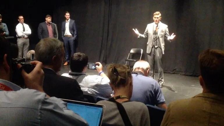 Richard Spencer habla durante la rueda de prensa que dio a los medios,  minutos antes salir enfrentarse a los estudiantes de la Universidad de Florida, que lo abuchearon todo el tiempo.