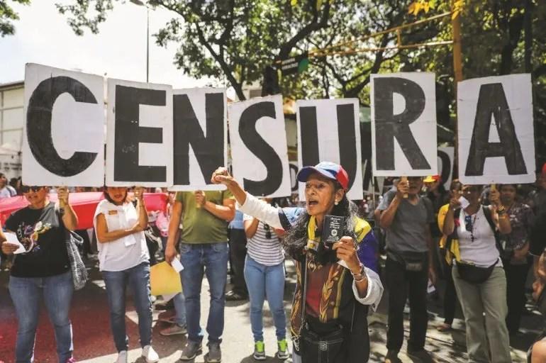 Opositores se manifiestan a favor de la libertad de prensa en Caracas.