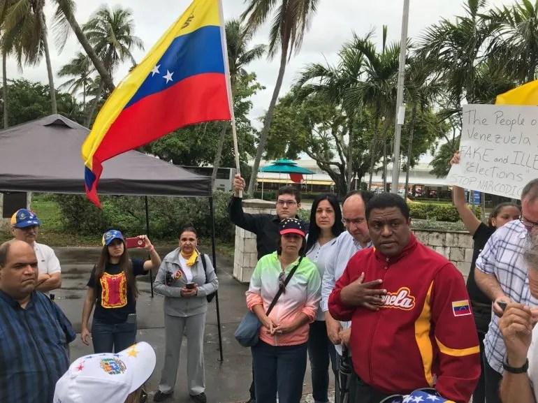 A pesar de la lluvia de las primeras horas del sábado, VEPPEX llevó a cabo su protesta por las elecciones en Venezuela.