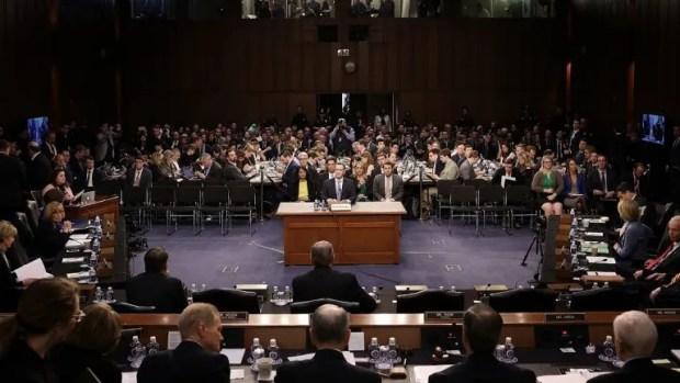 El presidente y fundador del gigante tecnológico Facebook, Mark Zuckerberg, testifica ante el Comité de Comercio, Ciencia y Transporte y el Comité Judicial del Senado de EEUU, en Washington.