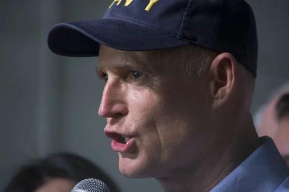 Rick Scott, gobernador de la Florida, habla en un acto de campaña en Hialeah.
