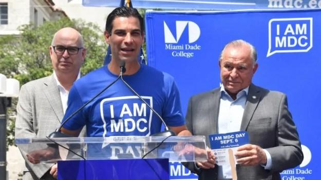 Habla el alcalde de Miami, Francis Suárez. A su lado (izq.) el administrador de la Ciudad de Miami, Emilio González y el comisionado municipal Wifredo Gort.