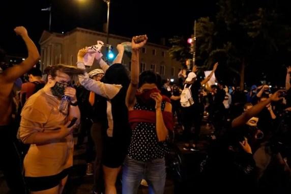 Manifestantes durante una protesta por la muerte de George Floyd el lunes 1 de junio de 2020 cerca de la Casa Blanca en Washington.
