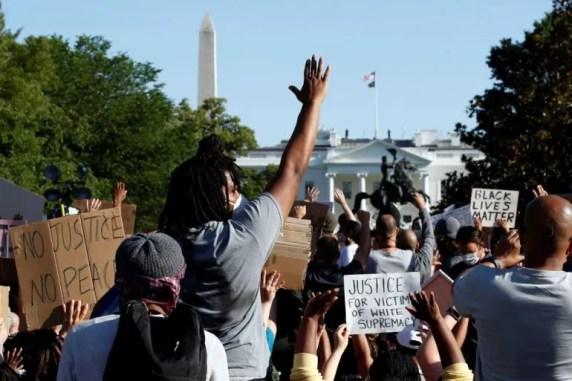 Manifestantes se reúnen en el Parque Lafayette para protestar por la muerte de George Floyd, el lunes 1 de junio de 2020, cerca de la Casa Blanca en Washington.
