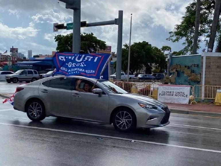 Banderas con el tricolor de los Estados Unidos recorrieron Miami en contra del comunismo.