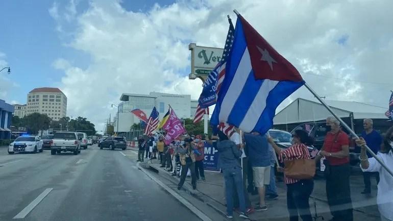 En la calle 8 de Miami decenas de personas manifestaron su apoyo a la marcha anticomunista.