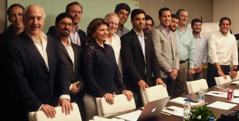El presidente Juan Guaidó junto a los expresidentes del Grupo IDEA y parlamentarios de oposición.