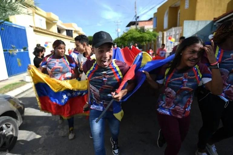 Familiares de la atleta venezolana Yulimar Rojas celebran después de verla competir en los Juegos Olímpicos de Tokio 2020 en su casa de Barcelona, estado Anzoátegui, Venezuela