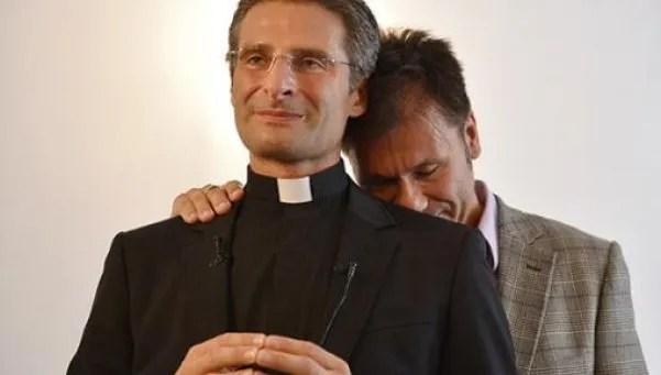 El cura gay que echó el Vaticano, al ataque