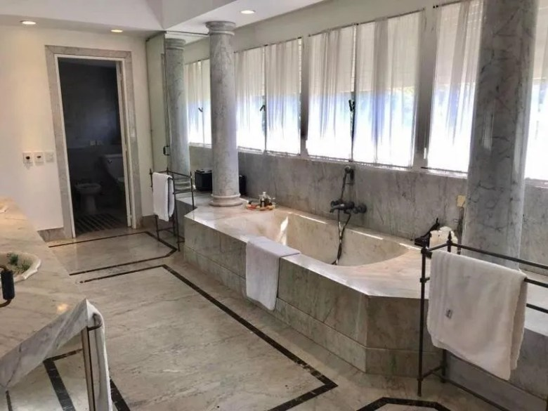 Uno de los lujosos baños de la mansión de Franco Macri que está a la venta