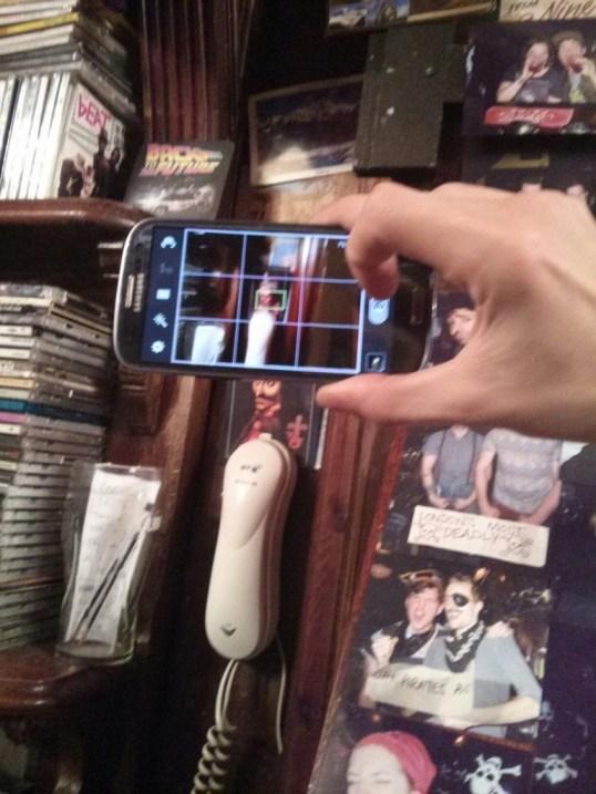 Poza cum faceam eu poza cu telefonul. (bineinteles ca eu n-am reusit sa salvez poza respectiva )