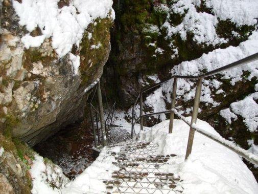 Coborârea spre Ghețarul de la Scărișoara, lângă Arieșeni, Alba