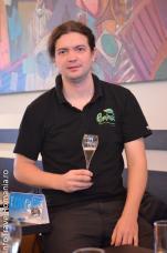 Ciocnim un pahar cu șampanie la lansarea revistei