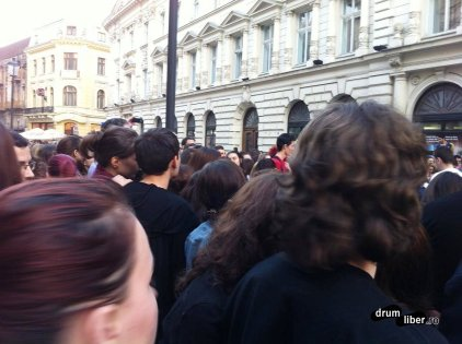 Mii de oameni