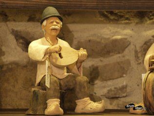 Ceramică decorativă - țăran cântând