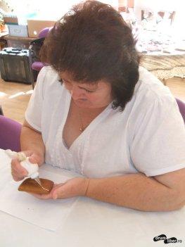 Tanti Ildiko la muncă, decorarea turtei dulci