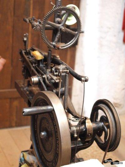 Mașina veche de cusut piele