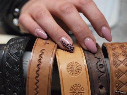 Brățări și unghii de fată