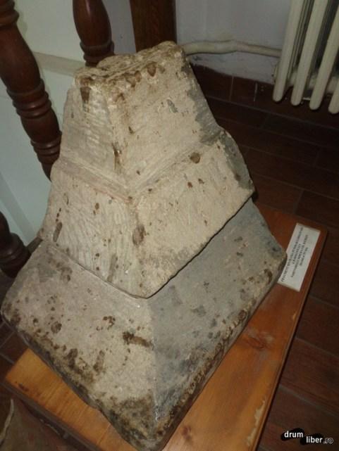 Bucată din piatra funerară originală a lui Mircea cel Bătrân
