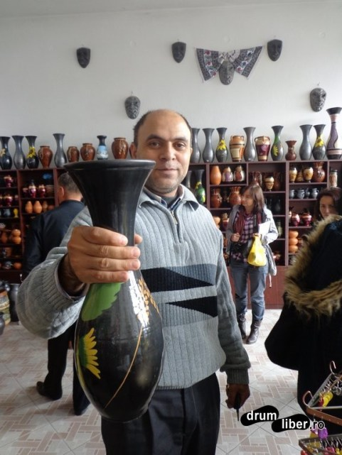 Poftiți vaza din ceramică neagră de Marginea!