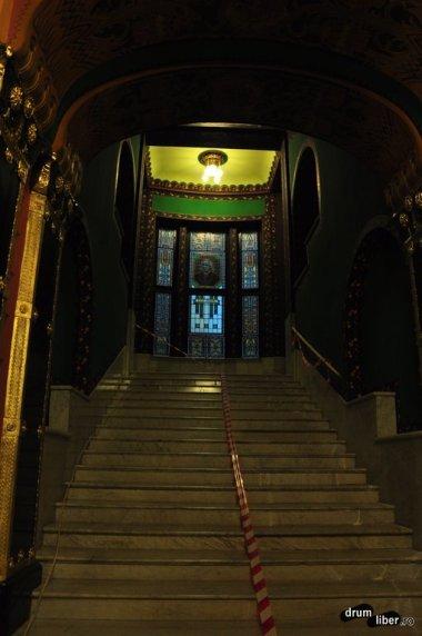 Urcând scările
