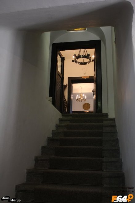 De la intrare urcăm scările
