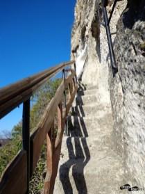 O parte dintre cele 48 de trepte înalte, săpate în stâncă