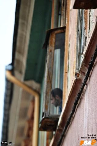 Încă un curios la geam