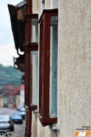Cum sunt ieșite în afara casei aceste ferestre de bârfă