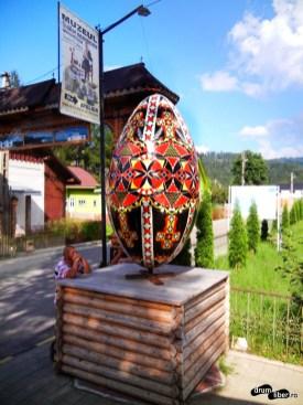 Ouă uriaș de la intersecție