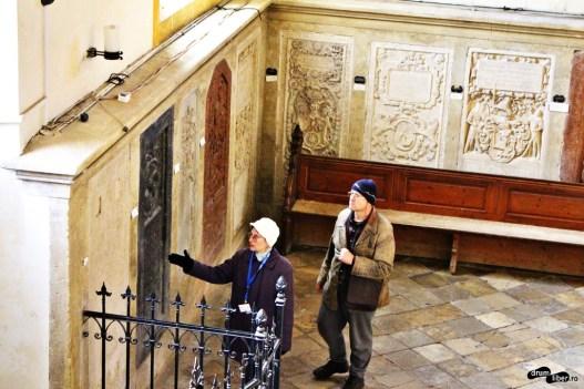Ghidul povestește turistului despre pietrele funerare din Biserica Evanghelică din Sibiu